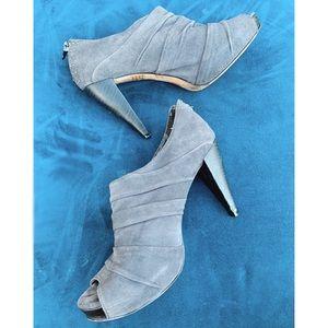 LIBBY EDELMAN 8M Peep Toe Bootie Heels Shoes Grey